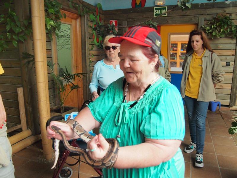 Con una serpiente en Faunia