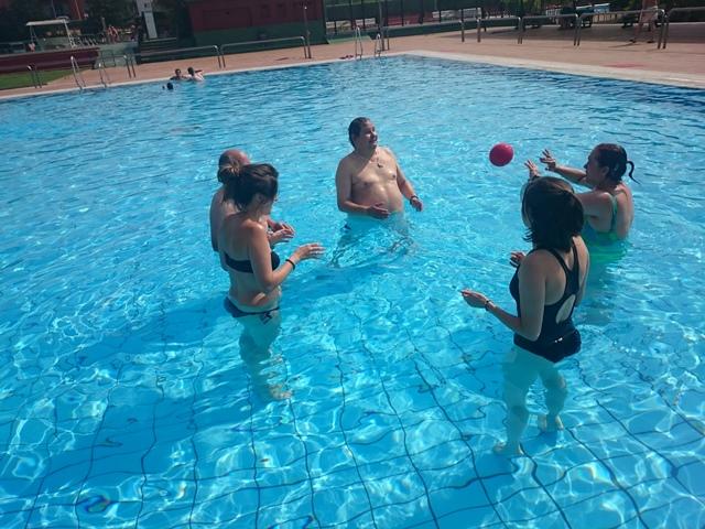 Residencia de mayores de moratalaz visita la piscina for Piscina ciempozuelos