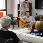 Este mes de agosto, han sido varios los familiares que han querido dedicar un poco de su tiempo a realizar actividades con nuestros mayores.