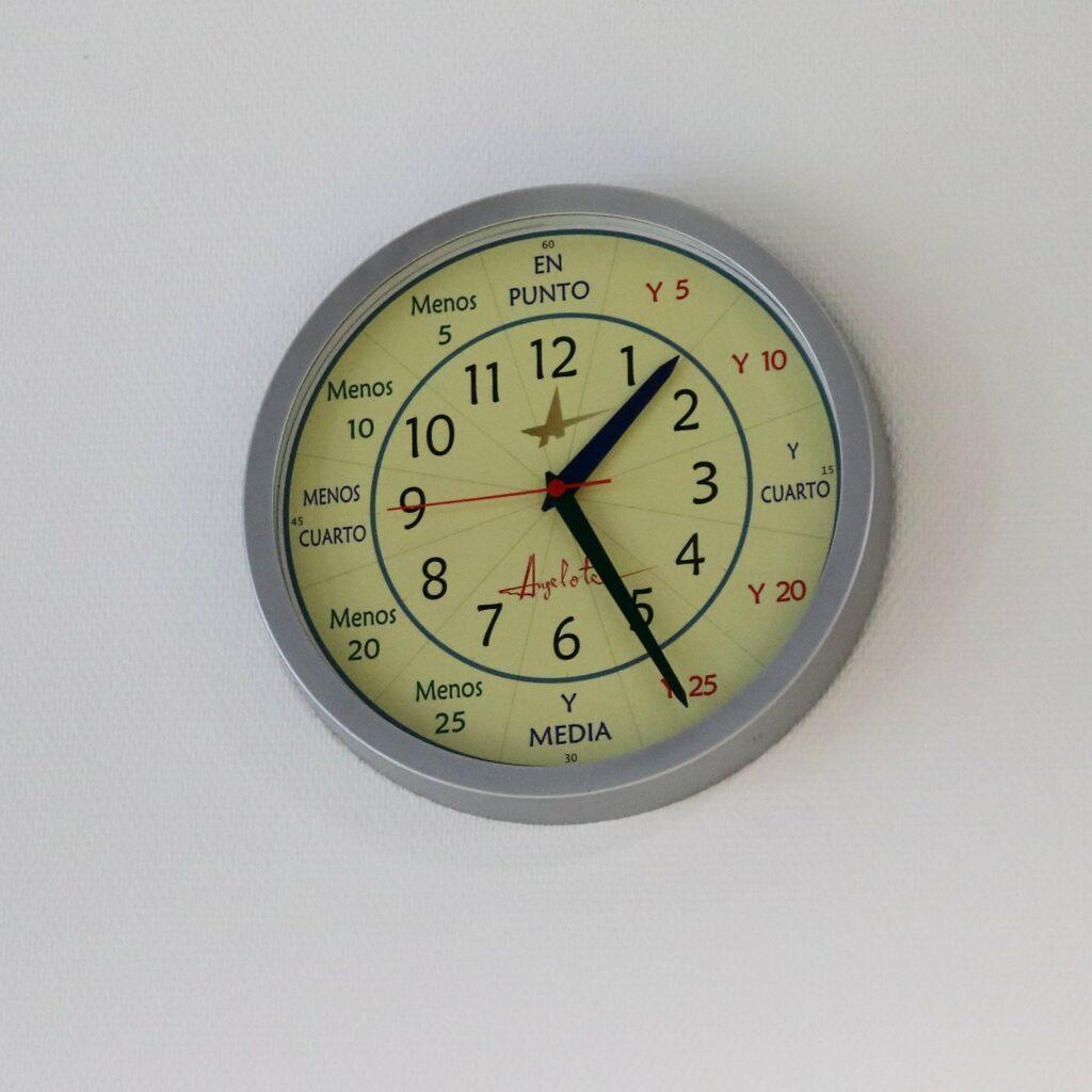 reloj angelote residencia de mayores albertia moratalaz madrid