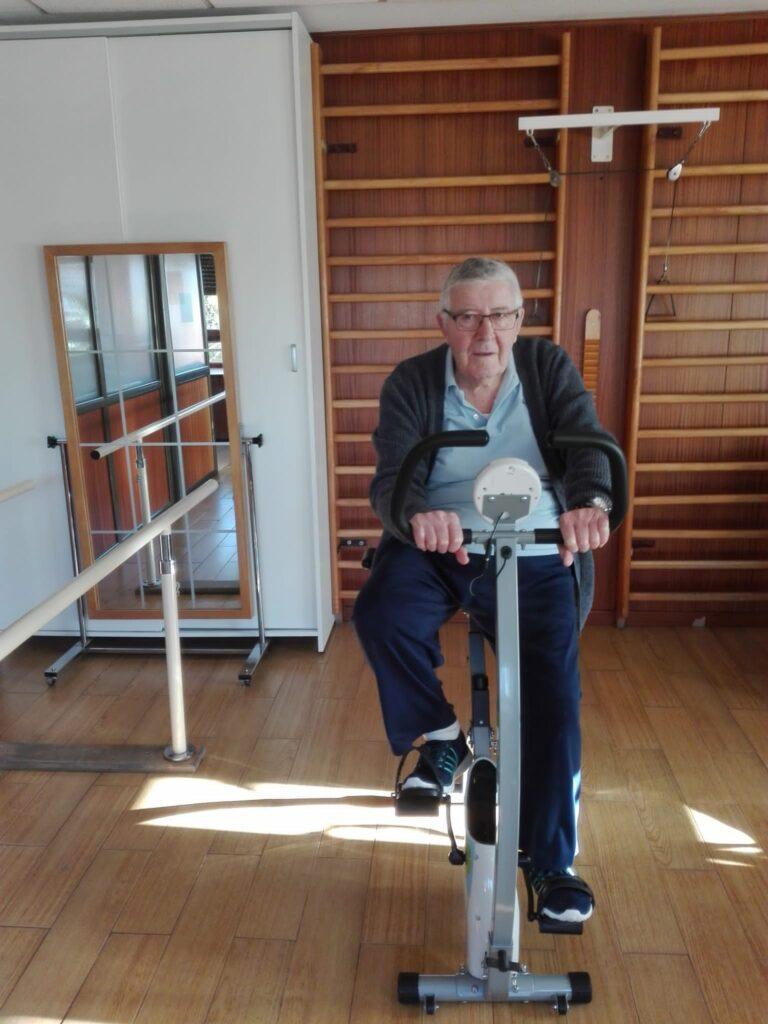 bicicleta estatica residencia albertia las palmeras ejercicio fisico envejecimiento activo