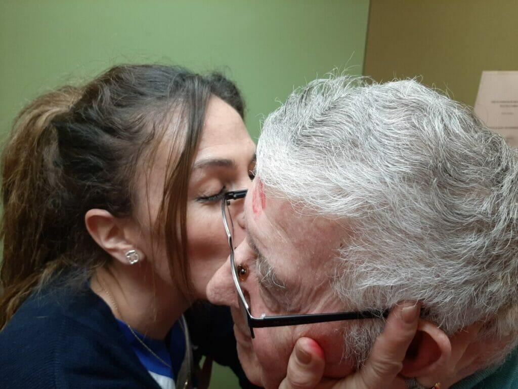 beso san valentin amistad personas mayores